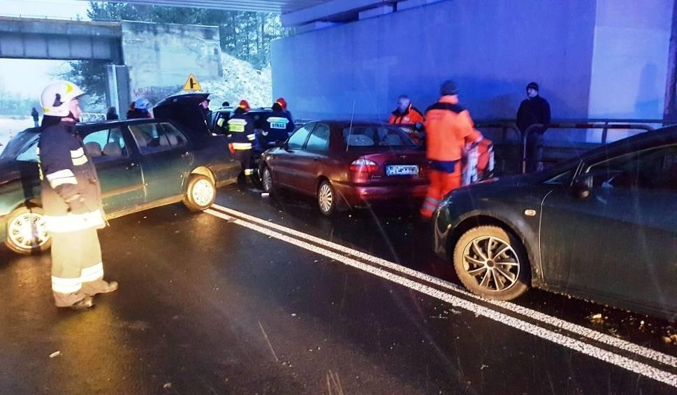 Film do artykułu: Czarnca. Zderzenie czterech aut pod wiaduktem kolejowym. Ranna kobieta i 15-latek