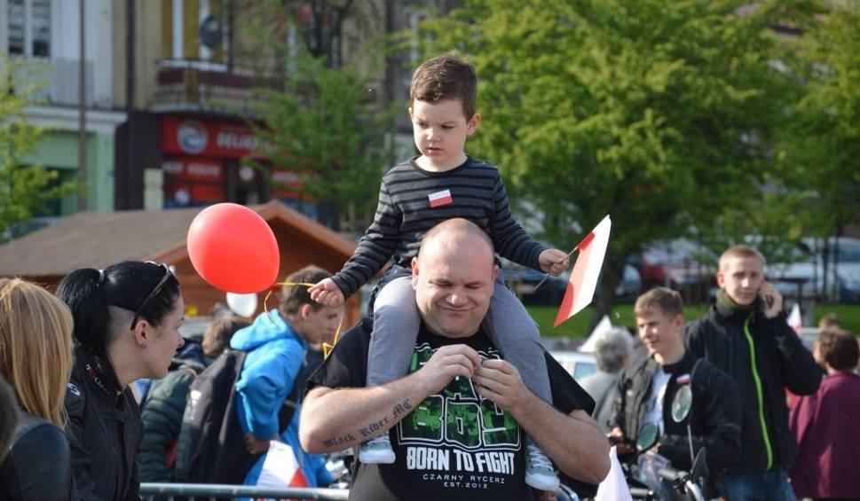 Film do artykułu: Dzień Flagi w Ostrowcu. Taniec, motocykle i balony puszczone w niebo