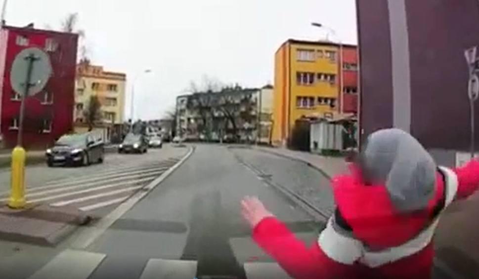 Film do artykułu: W Ostrowcu dziecko weszło wprost pod koła samochodu. Zdarzenie nagrała kamera