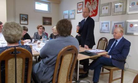 Szef RIO Mirosław Legutko (stoi) twierdzi, że gmina ma duży problem