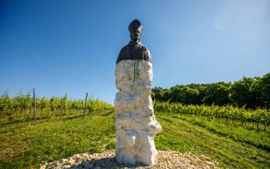 Nad winoroślami, które zajmują aż 26 hektarów, góruje pomnik patrona winiarzy.