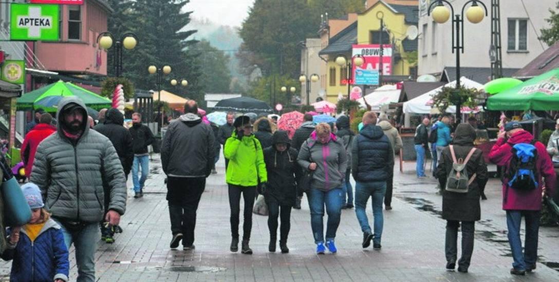 Mimo deszczowej pogody w niedzielne popołudnie deptak w Wiśle był pełen turystów. Cześć z nich skusiła akcja promocyjna