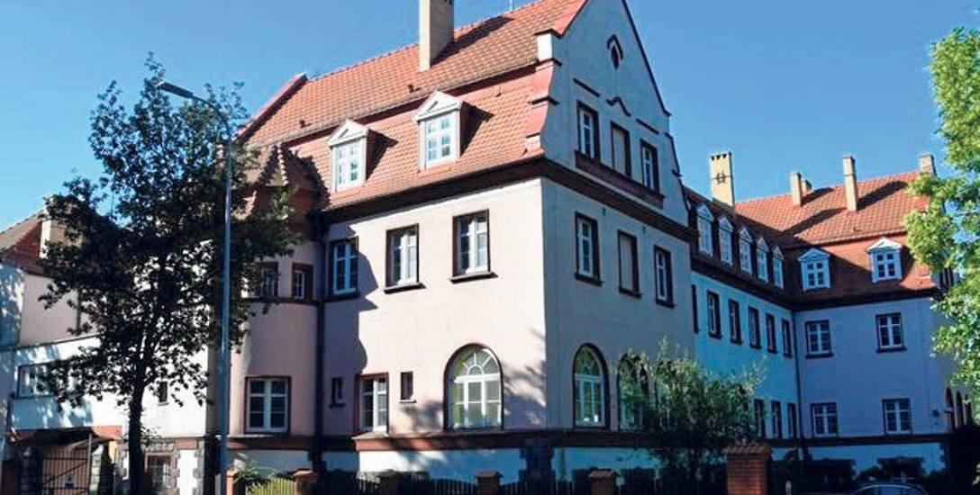 Budynek dawnego nadleśnictwa w Szczecinku. Cena za tak reprezentacyjny gmach nie wydaje się wygórowana