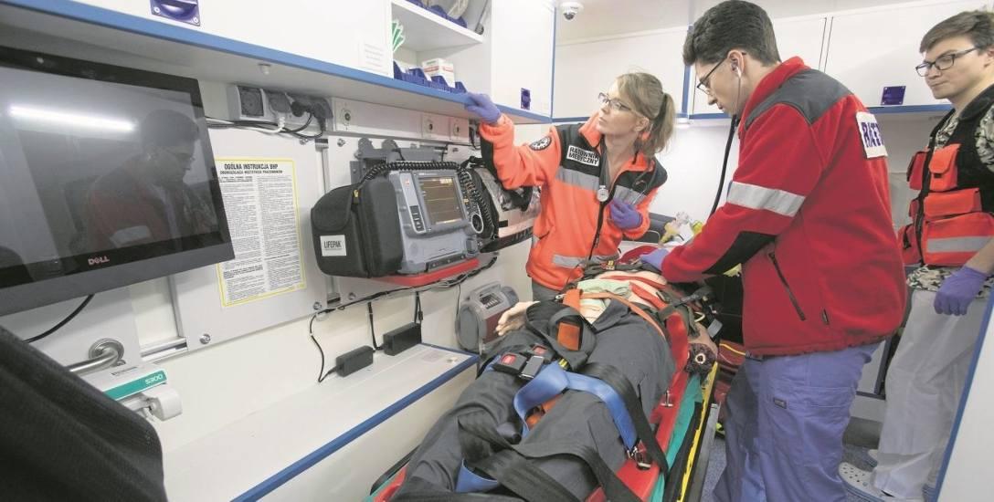 Fantomy nauczą studentów pracy z chorymi. Wcielili się w rolę ratowników medycznych z karetki