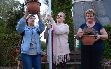 Od lewej Ewa Borowicz, Anna Borowska, Dorota Idaczyk - to część grupy mieszkańców, która walczy o piękną wieś