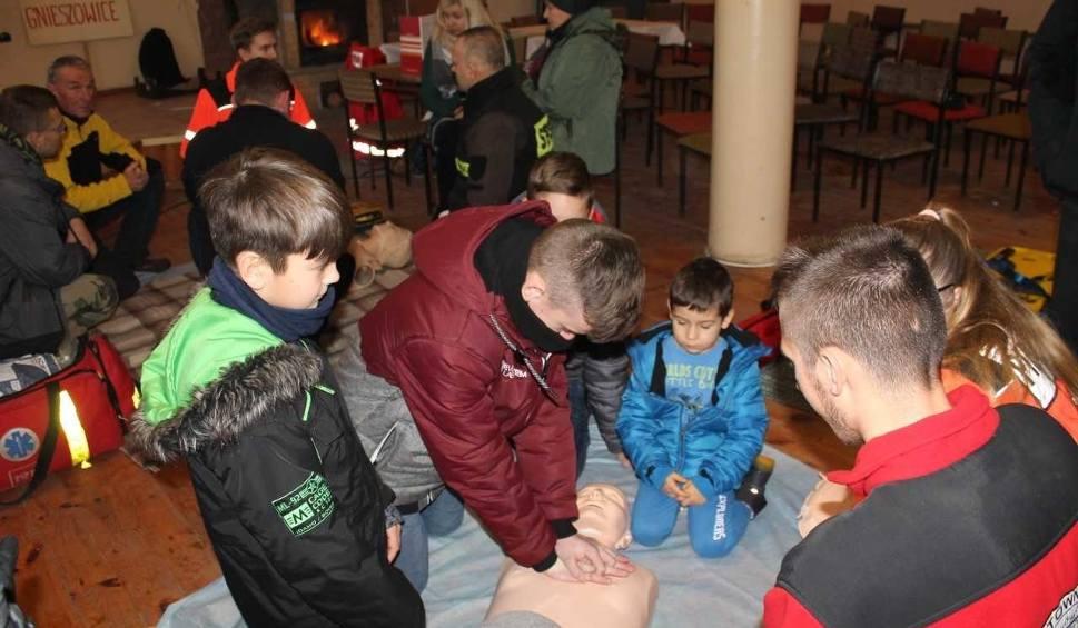 Film do artykułu: Strażacy ochotnicy z Gnieszowic przeszkolili mieszkańców z udzielania pierwszej pomocy. Sami także przeszli szkolenie (ZDJĘCIA)