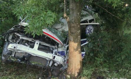 Ambulans zjechał na pobocze i uderzył w drzewo. Do zdarzenia doszło na drodze wojewódzkiej nr 163 w miejscowości Pyszka (pow. kołobrzeski) przed godziną