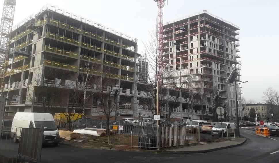Film do artykułu: Apartamentowce Sokolska 30 Towers coraz wyższe. Obie wieże będą miały 17 pięter i 280 mieszkań ZDJĘCIA