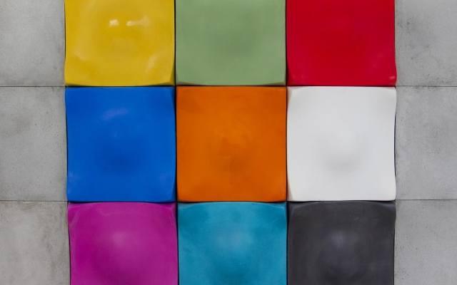 Zastosowanie dużych betonowych płyt na ścianach pokoju czy łazienki nie musi oznaczać jednobarwnej, szarej powierzchni. Panele z betonu architektonicznego