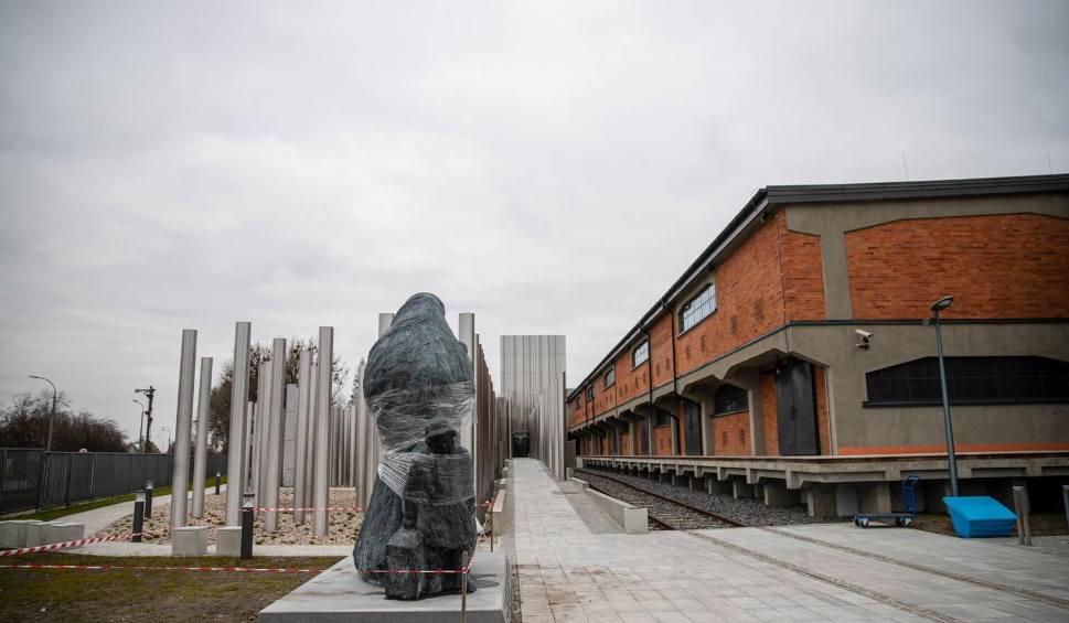 Film do artykułu: Przy Muzeum Pamięci Sybiru stanął pomnik Matki Sybiraczki. Na razie zafoliowany. Przez koronowirusa opóźni się jego odsłonięcie [ZDJĘCIA]