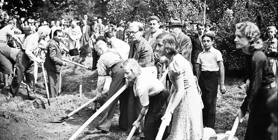Krakowianie podczas kopania rowów przeciwlotniczych na Plantach
