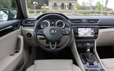 Jazda po autostradzie z wykorzystaniem systemów wspomagania kierowcy