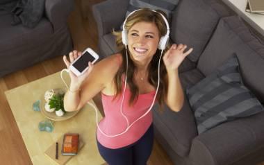 Zostań w domu i posłuchaj muzyki. Jaki serwis z muzyką online wybrać? Porównujemy plany najpopularniejszych serwisów