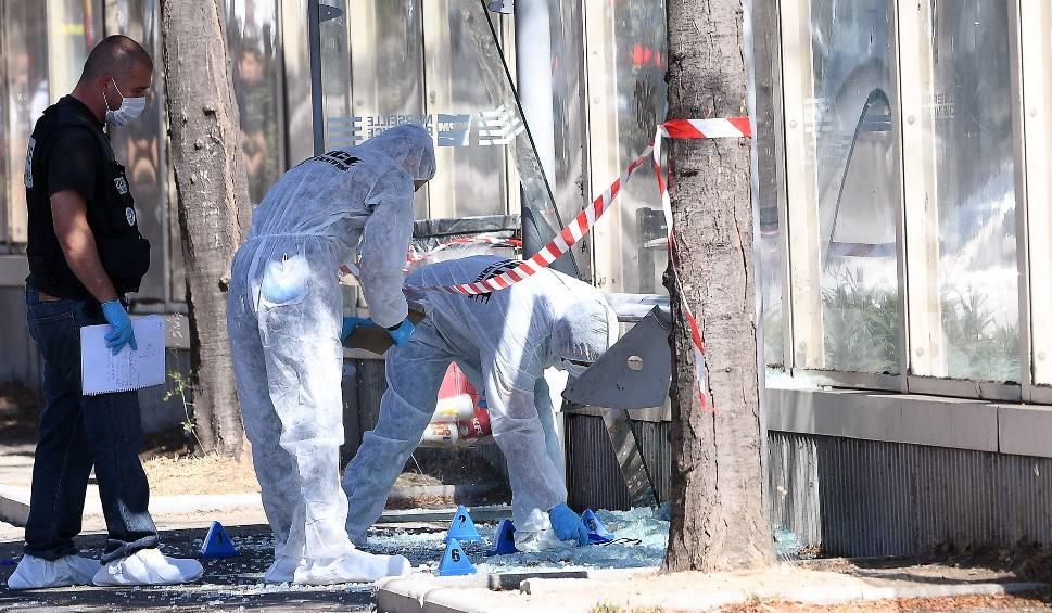 Film do artykułu: Marsylia: mężczyzna wjechał samochodem w dwa przystanki autobusowe. Nie żyje jedna osoba