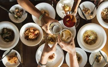 Wspólne spożywanie posiłku to także okazja do rozmowy i zwyczajnego pośmiania się z przyjaciółmi