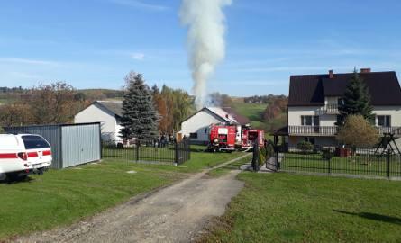 Staszkówka. Ogień z budynku gospodarczego mógł się przenieść na dom. Było niebezpiecznie