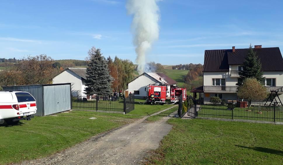 Film do artykułu: Staszkówka. Ogień z budynku gospodarczego mógł się przenieść na dom. Było niebezpiecznie