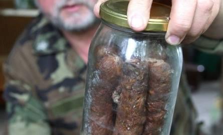 W zainstalowanych pod ziemią beczkach znajdują się tysiące słoików z kiełbasą i mięsem. Najstarszy pochodzi z 1980 roku. Pan Adolf konserwuje także skórki