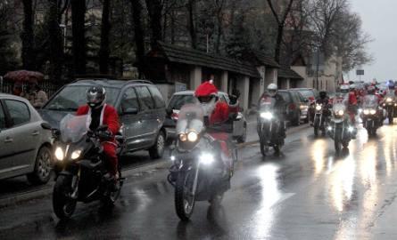 Kawalkada zmotoryzowanych świętych Mikołajów przejechała w niedzielę, 9 grudnia, w południe przez centrum Kielce.  Nie poruszali się saniami, bo nie
