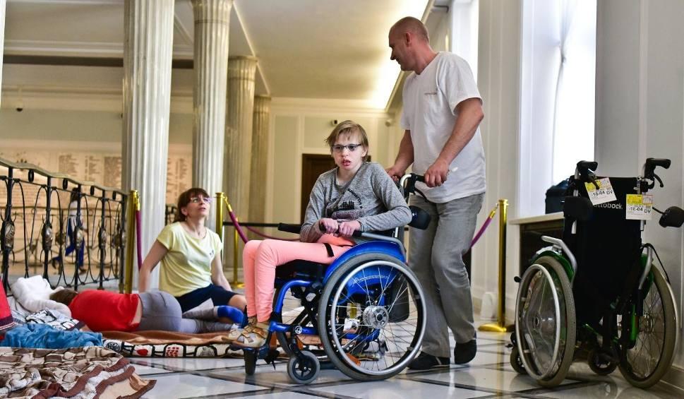 Protest rodziców i ich niepełnosprawnych dzieci w Sejmie
