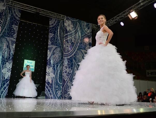 Podczas Targów Ślubnych w Hali Sportowej Częstochowa, odbył się pokaz mody ślubnej. Zobaczcie zdjęcia!ZOBACZ WIĘCEJTARGI ŚUBNE W CZĘSTOCHOWIE OD TORTÓW