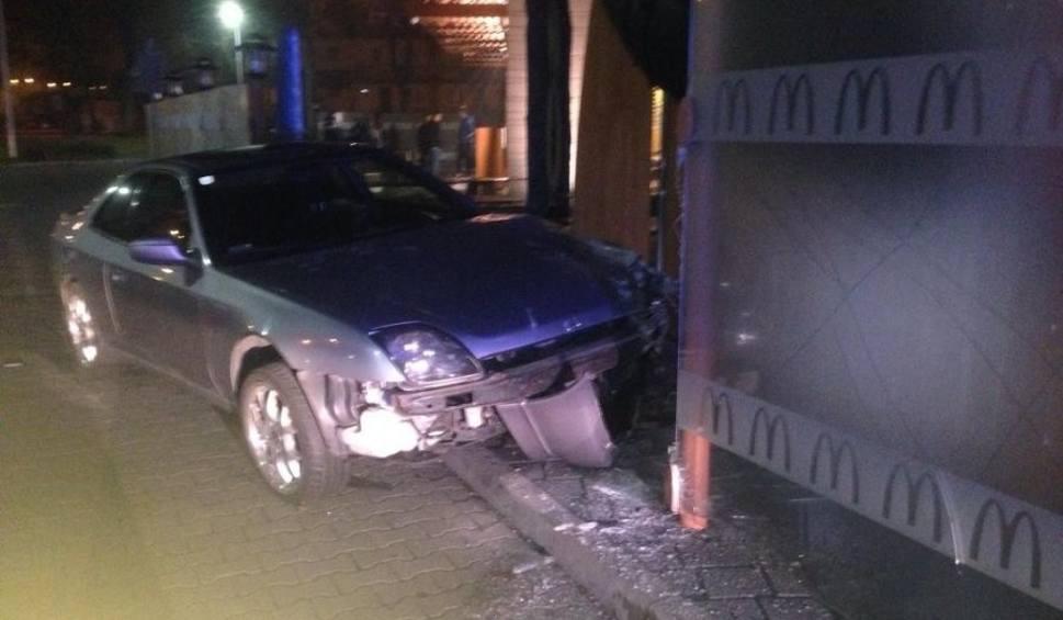 Film do artykułu: Wypadek w Tarnobrzegu. Pijany 18-latek z Sandomierza uderzył autem w ogrodzenie ogródka McDonalds