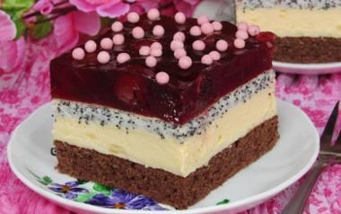 Efektowne ciasto cherry na biszkopcie z masą budyniową i galaretką.