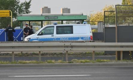 Tragedia w Poznaniu. W sobotę na przystanku autobusowym przy Alejach Solidarności mężczyzna został ugodzony nożem. Ofiara ataku zmarła w karetce w drodze
