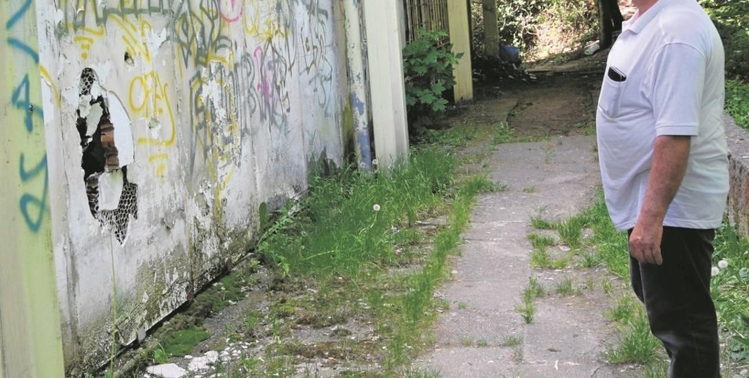 Zdzisław Kamiński obserwuje zniszczenia budynku, w którym kiedyś była Biedronka. Czy w tym miejscu uda się wreszcie stworzyć sklep i lokale usługowe?
