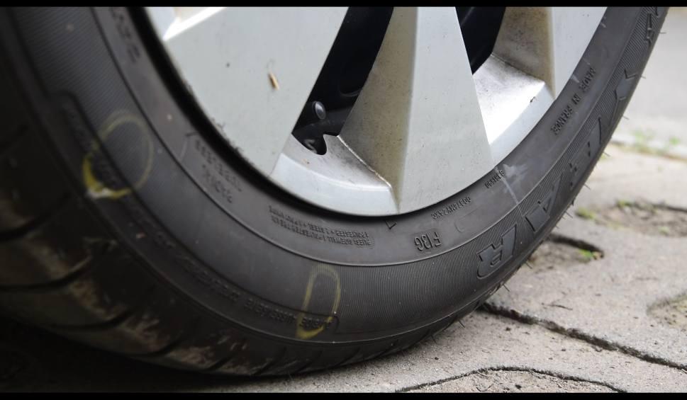 Film do artykułu: Spór o parkowanie na osiedlu Nowe Miasto w Rzeszowie. Nie chciał przeparkować auta, ktoś przebił mu opony