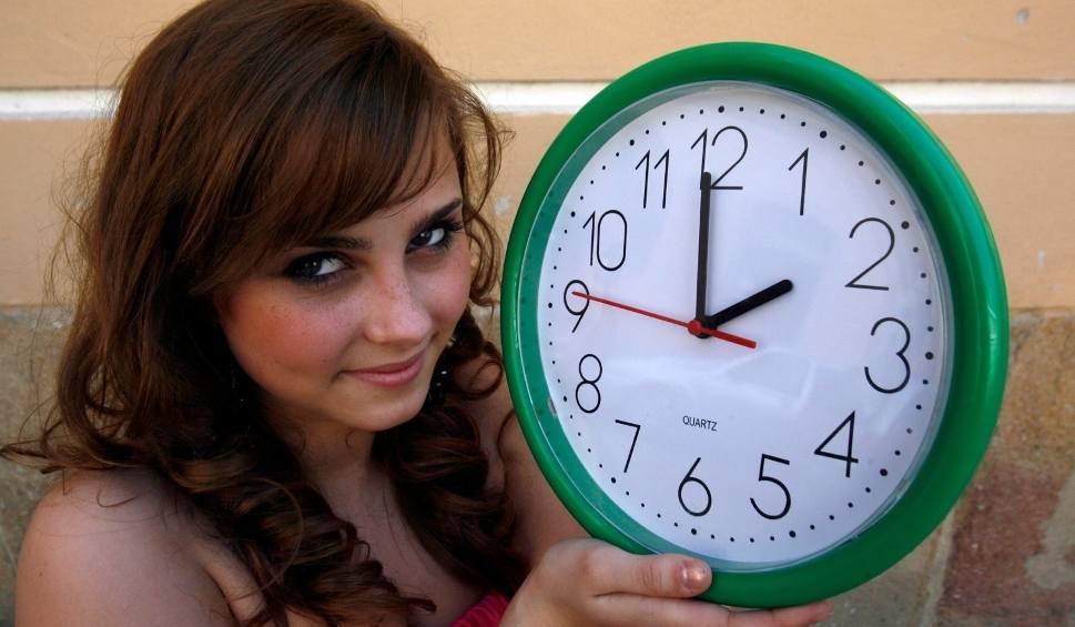 Film do artykułu: Zmiana czasu na zimowy 2019. Kiedy przestawiamy zegarki o godzinę w tył? Zmiana czasu lada dzień. Pośpimy dłużej o godzinę [23.10.2019 r.]