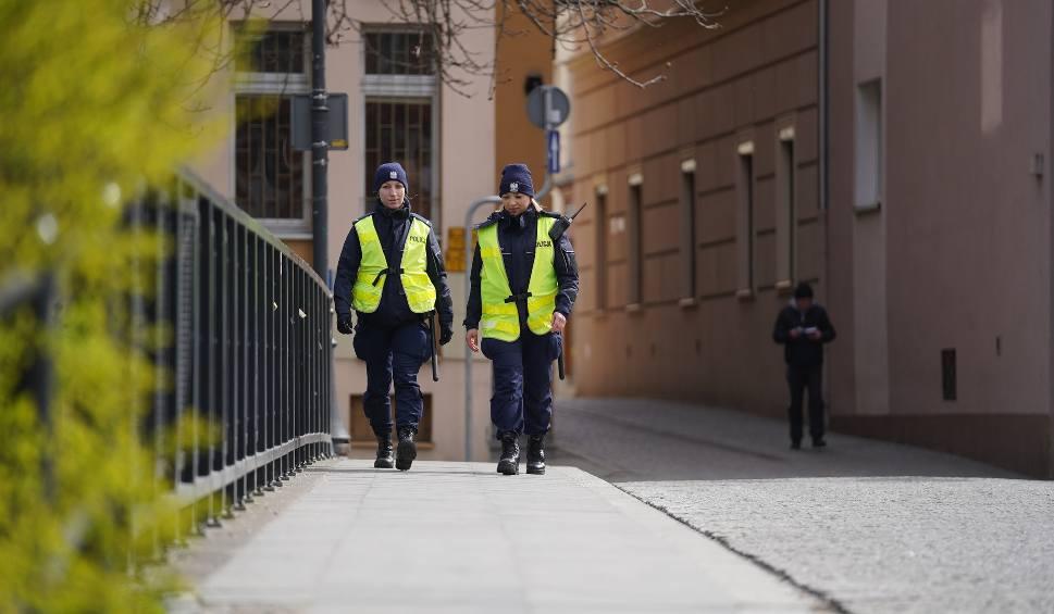 Film do artykułu: Policjanci w Bydgoszczy wystawiają mandaty za gromadzenie się i chodzenie bez celu [wideo]