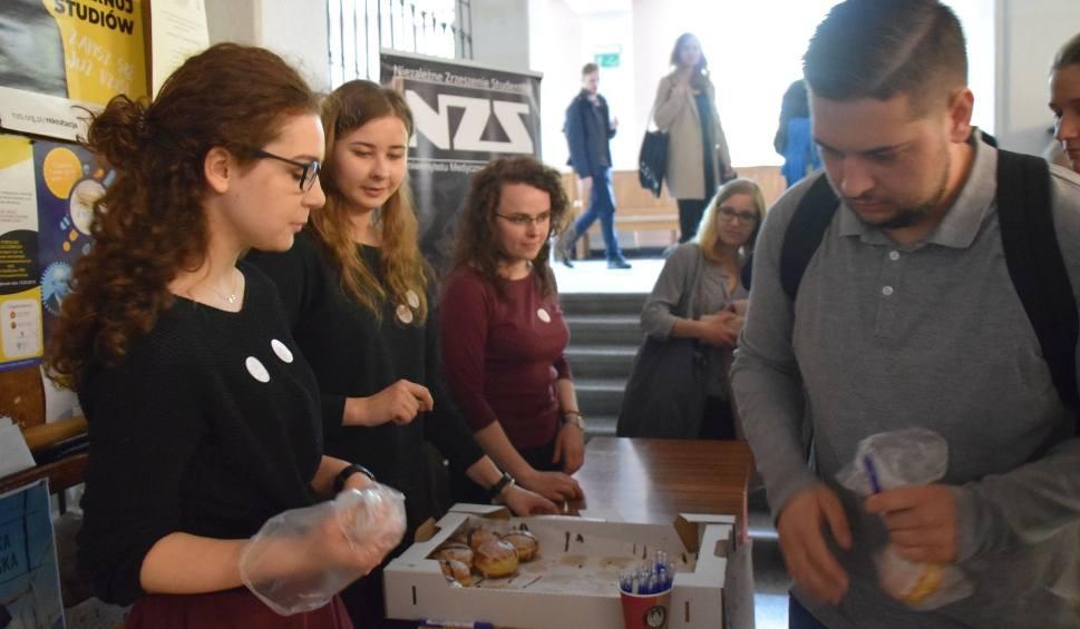 Film do artykułu: NZS Dzieciom. Studenci sprzedają pączki i zbierają pieniądze na leczenie Piotra Łuckiewicza. Dołącz do nich! [ZDJĘCIA, WIDEO]