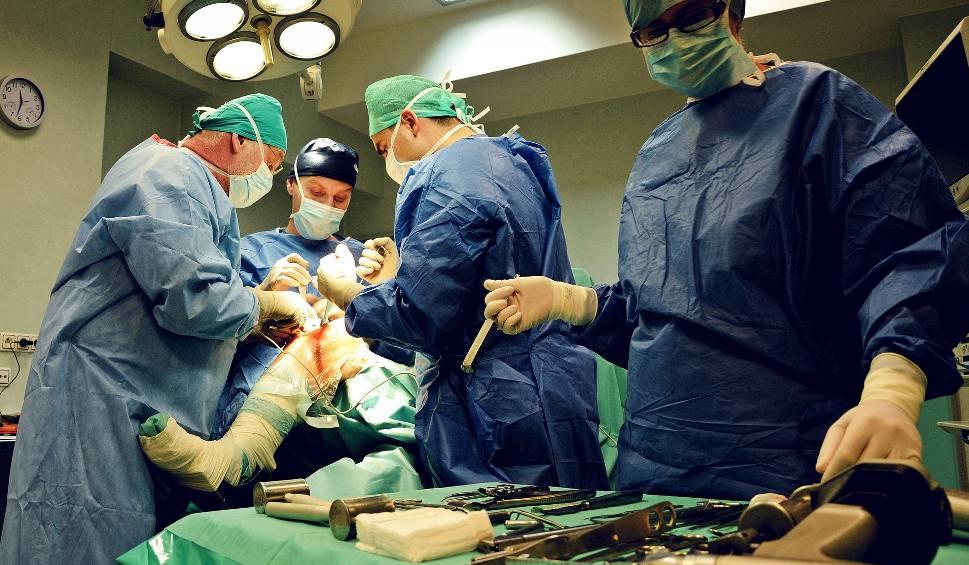 Film do artykułu: Kolejki na operację zaćmy, wszczepienie protezy kolana i biodra mają się skrócić. Niektóre szpitale w Łodzi zapisują dopiero na... 2026 rok
