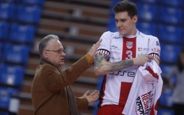 Środkowy Bartłomiej Lemański (na zdjęciu z prezesem Adamem Góralem) pozostaje w Asseco Resovii na kolejny sezon.