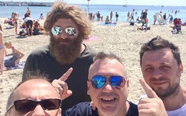 Członkowie zespołu Szymon Wydra & Carpe Diem w wolnej chwili odpoczywali nad Bałtykiem. Stamtąd słali moc pozdrowień dla fanów zespołu, obchodzącego