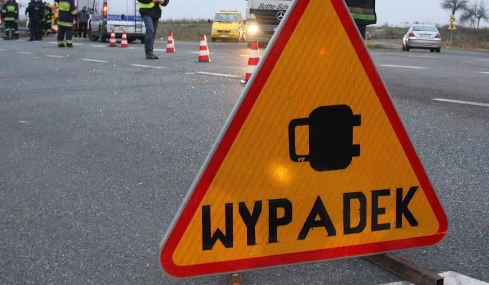 Film do artykułu: Wypadek pod Białobrzegami. Karambol na drodze krajowej numer 7. Cztery rozbite samochody osobowe, trzy osoby ranne w szpitalu