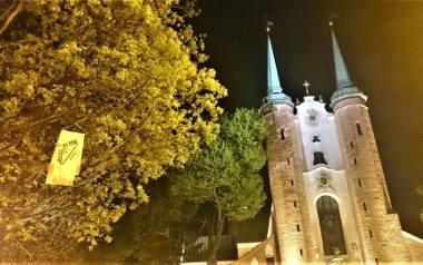 """Przed kilkoma gdańskimi świątyniami pojawiły się wieszaki oraz banery z hasłami """"Za mało pokory"""", """"Katolitaryzm stop!"""""""