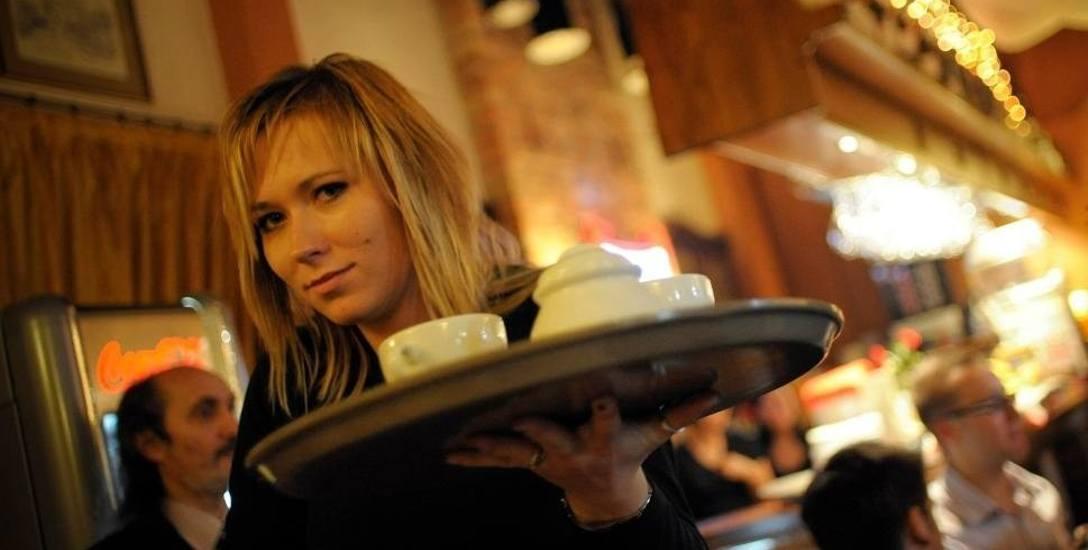 Jak wygląda praca w toruńskiej gastronomii? Sprawdź relacje pracowników oraz stawki