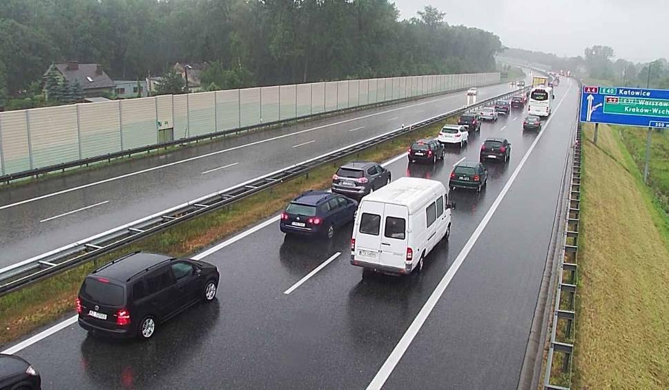 Film do artykułu: Kraków. Zderzenie dwóch samochodów na A4, utworzył się korek [ZDJĘCIA]