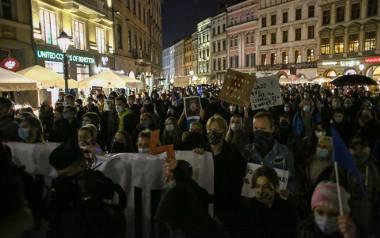 """Kraków. """"To jest wojna"""". Wielotysięczny tłum protestował na Rynku Głównym, następnie odbył się przemarsz [ZDJĘCIA]"""