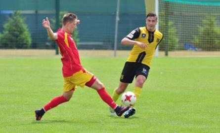 Dawid Kubowicz (w żółto-czarnej koszulce) wraca po pauzie za żółte kartki do  gry w drugoligowym zespole Siarki