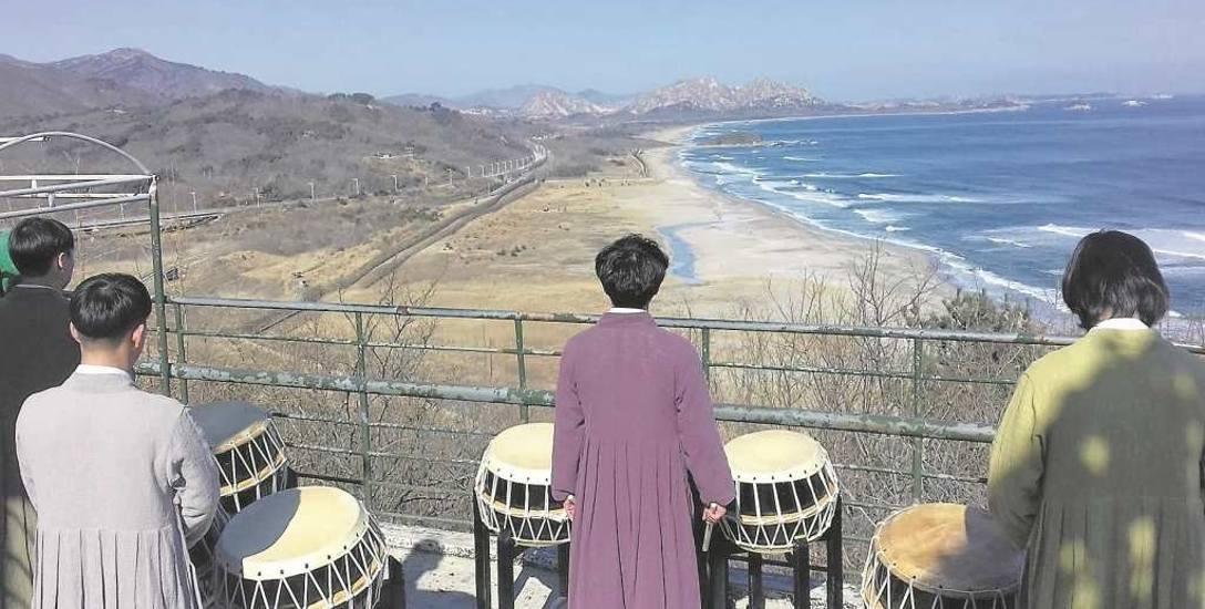 Widok z wieży obserwacyjnej w Korei Południowej na Strefę Zdemilitaryzowaną (zaczyna się tam, gdzie leży ta zielona wysepka); w oddali Korea Północn