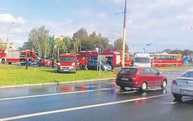 """3 października  kierowca autobusu wymusił na """"rondzie"""" pierwszeństwo przejazdu. W efekcie czerwony golf został rozbity"""