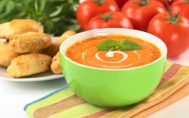 Zupa krem z pomidorów jest lubiana przez wiele polaków. Własny przepis na taką zupę pomidorową ma każda gospodyni domu. Jedni robią ją na wywarze mięsnym