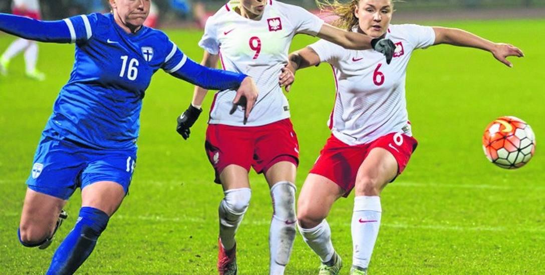 Polska w kwietniu rozegrała mecz towarzyski w Pruszkowie z Finlandią. Na zdjęciu Ewa Pajor (nr 9) i Sylvana Chojnowski (nr 6)