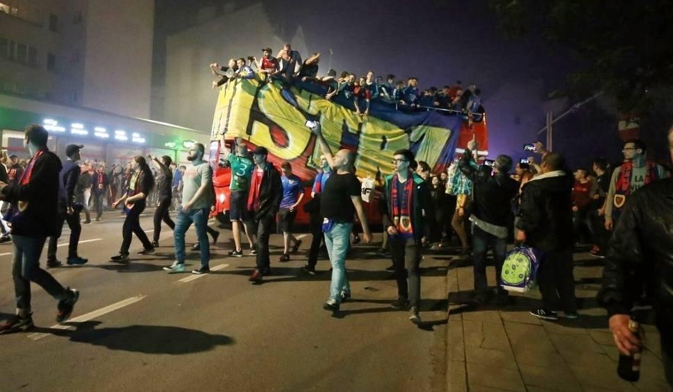 Film do artykułu: Piast Gliwice świętował mistrzostwo Polski ZDJĘCIA + WIDEO Kibice fetowali fantastyczne zwycięstwo na ulicach