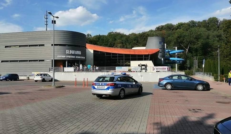 Film do artykułu: Tragedia na Słowiance. Są zarzuty dla ratowników za śmierć 54-latka na basenie