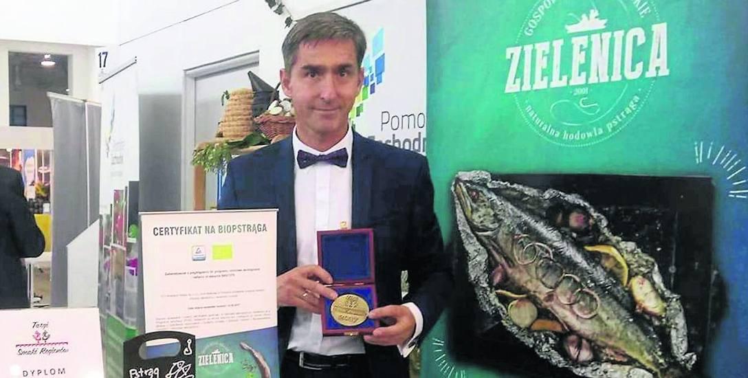Na zdjęciu Łukasz Skowroński, współwłaściciel gospodarstwa rybackiego w Zielenicy, z którego pochodzi jesiotr wędzony