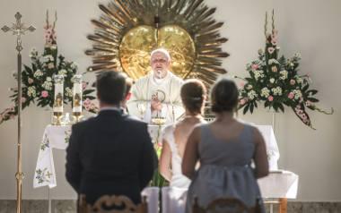 Nowy dekret zawiera znowelizowane przepisy kościelnego prawa małżeńskiego, które mają obowiązywać od 1 czerwca 2020 r. Sam Episkopat tłumaczy, że zmiany